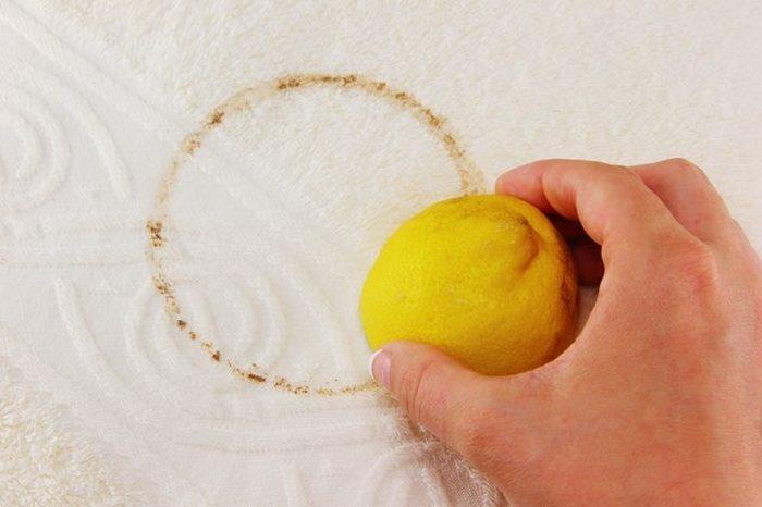 Хорошо удаляет ржавчину с цветной одежды лимонный сок