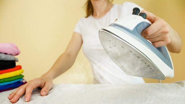 Пятно на ткани можно прогладить горячим утюгом