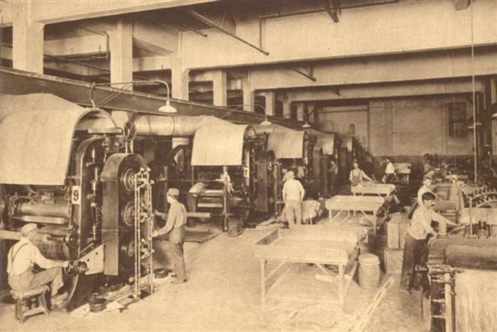 Изначально выпускали материал неопрен на заводе по производству каучука