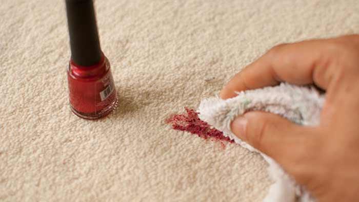 Пятно на ковре сразу же обрабатывают уайт-спиритом