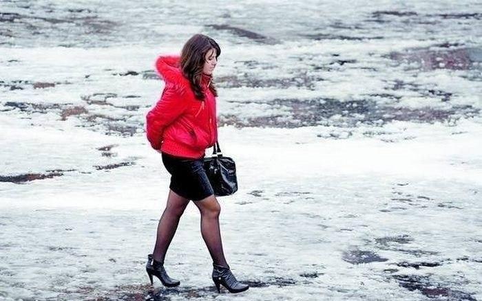 Девушка одела мини-юбку с каблуками на шпильке зимой, фото