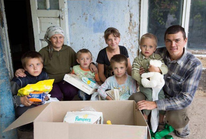 Натуральная помощь малоимущим семьям одеждой, обувью, фото