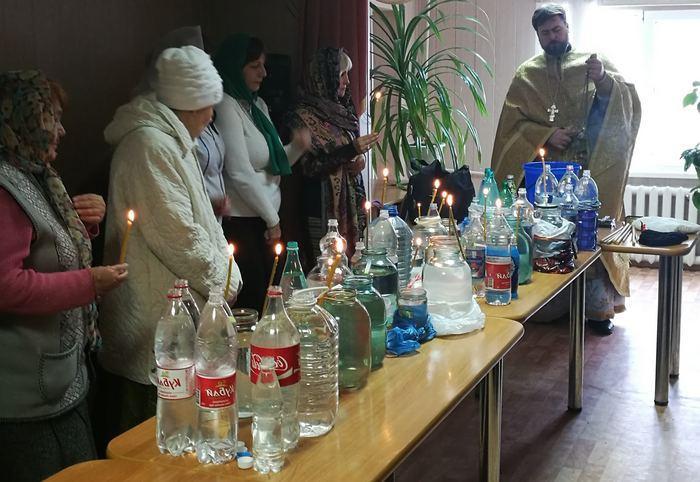 Освященная вода в пластиковых бутылках, фото
