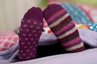 Почему нельзя спать с носками, фото
