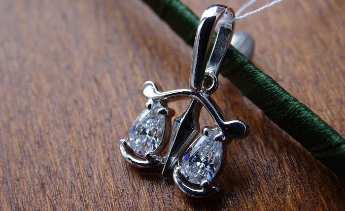 Серебренное украшение в виде весов, фото