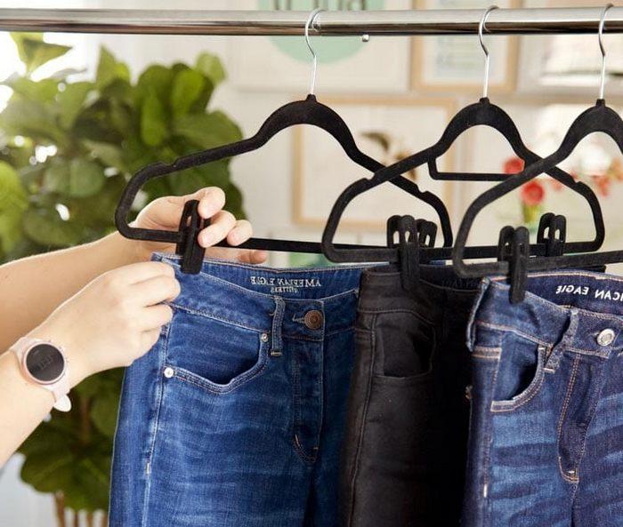 Хранение штанов в шкафу на плечиках с зажимом, фото