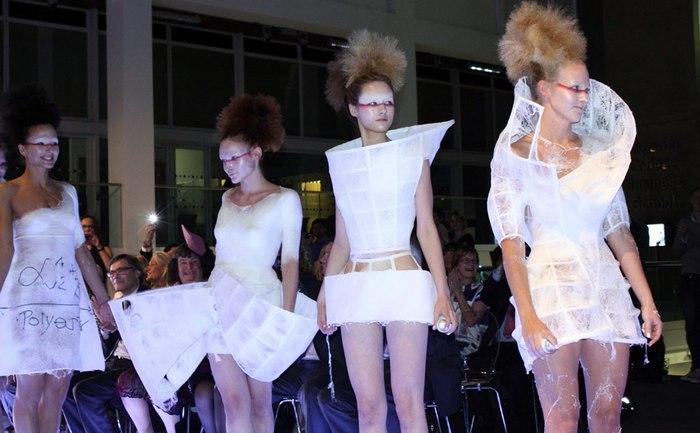 Модели в одежде из баллончиков, фото