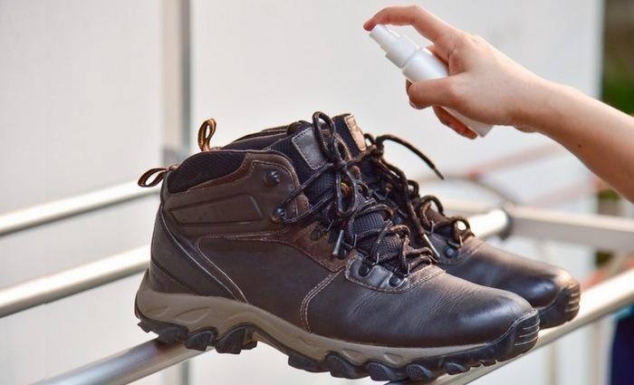 Чем обработать ботинки от запаха пота, фото