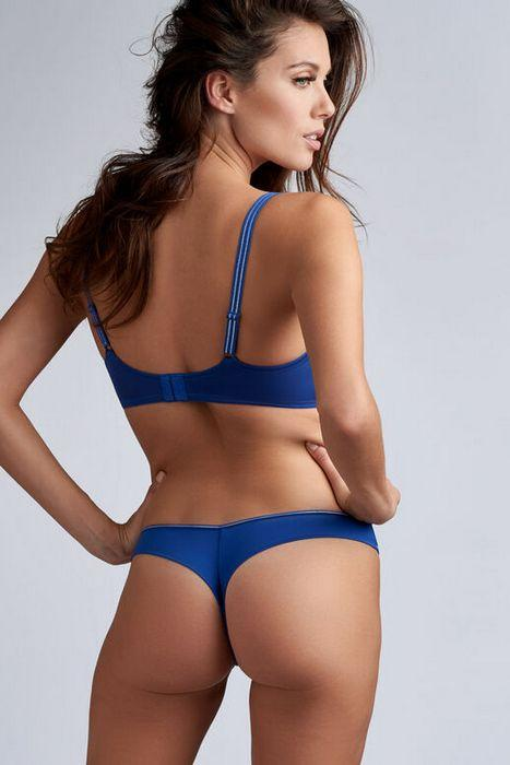 Нижняя одежда трусы-стринги для женщин, вид сзади, фото