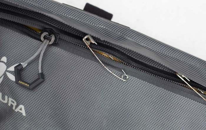 Булавками соединить ткань на сумке, фото