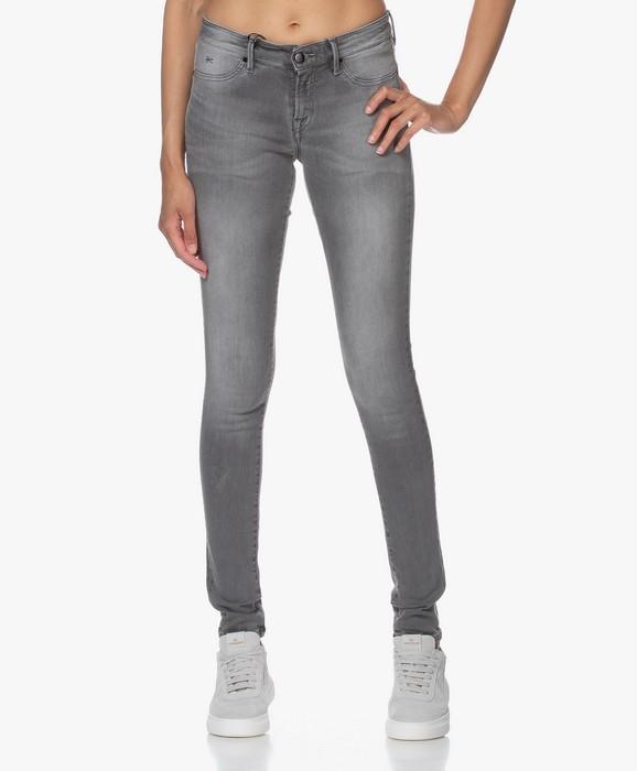 Вид джинсов Tight Fit для женщин, фото